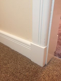 Plinth block between skirting board and architrave